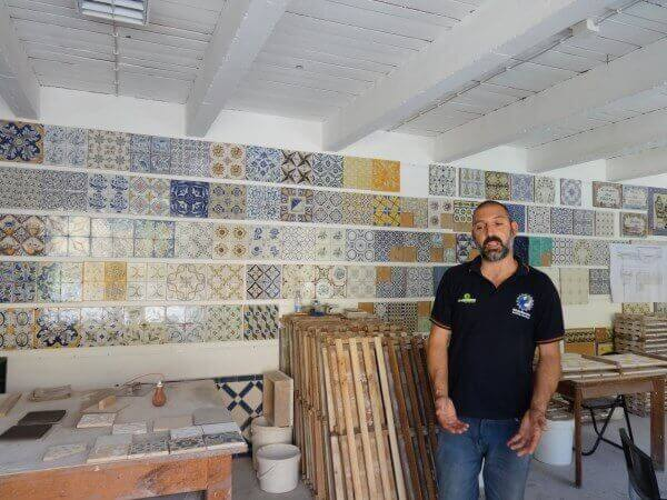 Manual manufacture of tiles in Azeitao